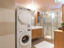 Todella tilava kylpyhuone on uusittu v. 2008