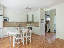 Keittiössä on tilaa isommallekin ruokapöydälle.