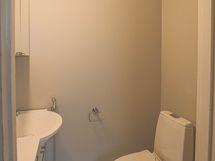 Ensimmäisen asuinkerroksen wc on juuri remontoitu