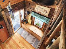 Eteisen kupeesta nousee portaat yläkertaan.