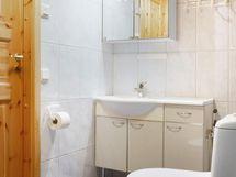 Yläkerrassa kylpyhuone/wc.