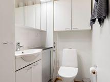 Erillinen, tilava wc