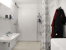 Kylpyhuone on tilava ja siistikuntoinen