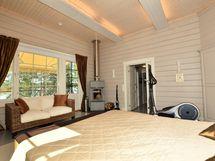 Yläkerran makuuhuone  ja käynti parvekkeelle
