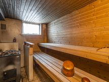 Taloyhtiön yhteisistä tiloista löytyy puulämmitteinen sauna