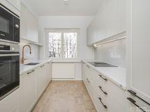 Hyvin varusteltu keittiö, uudet kodinkoneet ja materiaalit