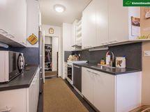 Vaalea keittiö on remontoitu v. 2014. Ruokailutila avautuu olohuoneeseen.