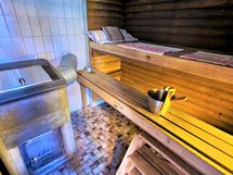 Tulikiven puulämmitteinen kiuas saunassa,