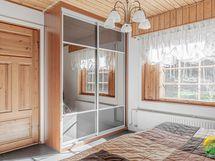 2. makuuhuoneessa on peiliovellinen liukuovikaapisto ja se on remontoitu v. 2015. Kulku eteisaulasta