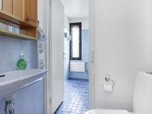 kulku eteisestä erilliseen wc:hen ja siitä kylppäriin!