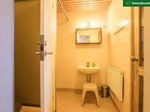 Pesuhuoneen yhteydessä ovellinen WC