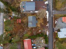 Myydään myös Veistäjäntien varrella oleva 768 m² tontti (85.000)/ Til salu även en tomt på Snidarv.