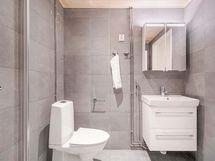 Kaunis, lämminhenkinen, tilava kylpyhuone