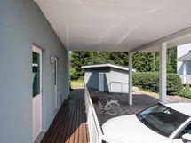 Autokatoksen kautta kulku kodinhoitotilaan ja tekniseen tilaan.
