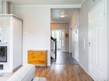 Näkymä olohuoneesta eteisaulan suuntaan, jonka varrella on myös wc ja khh/kylpyhuone