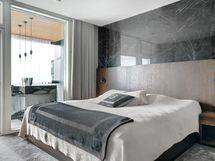 Alakerran Master-bedroom, josta käynti parvekkeelle
