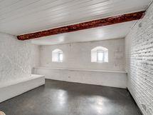 Tilava huone kellarikerroksessa