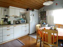 Tilavasta keittiöstä näkymä pihalle