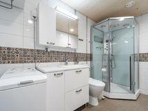 Kylpyhuoneessa suihku jossa infrapunasauna/ höyrytoiminto
