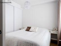 Makuuhuone löytyy tilaa säästävän liukuoven takaa.