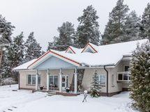 päärakennus talviasussa
