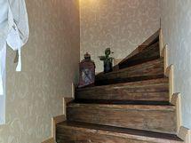Tyylikäs rappukäytävä yläkertaan