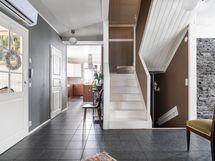 Avarasta eteisestä portaat sekä ylä- että alakertaan