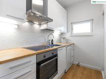 Ikkunallinen keittiö on remontoitu taloyhtiön putkiremontin yhteydessä v. 2016 ja
