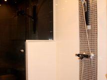 Näyttävän kylpyhuoneen yhteydessä on sauna.