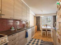 Keittiössä on hyvin työskentelytilaa. Kaapistot on uusittu v. 2015.