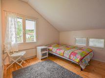 Yläkerran makuuhuone 2 takapihan puolella