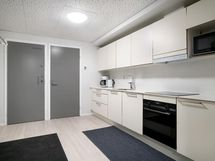 Taloyhtiön kerhohuoneessa moderni keittiö