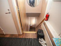 Portaat nousevat suoraan ulko-ovelta toiseen kerrokseen.
