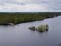 Upea Otermajärvi ympäröi mökkiä