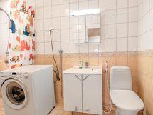 kylpyhuoneessa on tilaa myös pesukoneelle