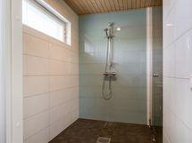 Kylpyhuoneessa myös ikkuna