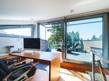 Ylimmässä kerroksessa oma huone josta kulku kattoterassille.
