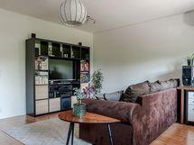 Hyvän kokoinen olohuone