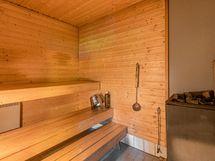 Kellarikerroksen sauna perinteisellä puukiukaalla