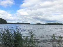 Kirkasvetinen Puujärvi muutaman sadan metrin päässä mökistä