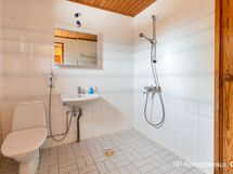 Pesuhuoneessa myös wc-istuin