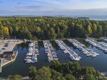 Uutelan suosittu ulkoilualue on lähellä. Sen vieressä on Aurinkolahden itäinen venesatama.