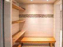 Pesuhuoneen yhteydessä pieni pukuhuone