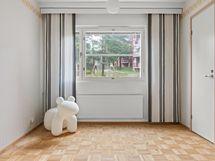 Pienemmän makuuhuone,näkymä sisäpihalle