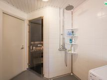 Kylpyhuone on kokonaan laatoitettu