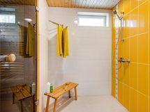 Pesuhuone on kaunis, valoisa ja hyvän kokoinen.