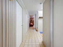 Huoneiston sisääntulo käytävä