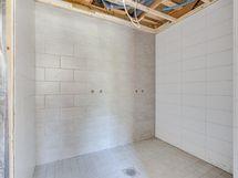 A1 alakerran kylpyhuone, 2 suihkua