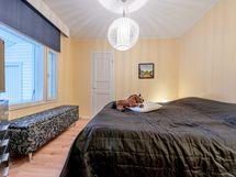 Isompi makuuhuone eteisen suunnasta