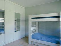 Makuuhuoneessa tilava ja laadukas kaapisto